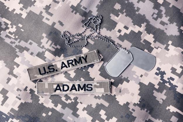 Etiqueta de identificação militar na superfície uniforme