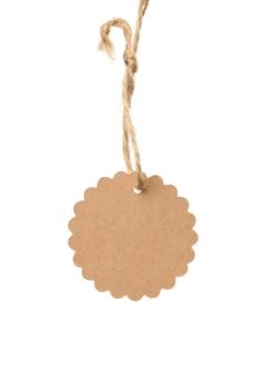 Etiqueta de papel marrom em branco em uma corda isolada no fundo branco, modelo de preço, desconto