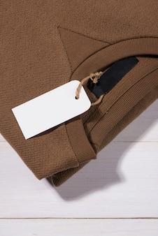 Etiqueta de preço da camisa. etiqueta retangular é anexada a um suéter