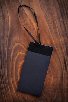 Etiqueta de preço preta em placa de madeira velha