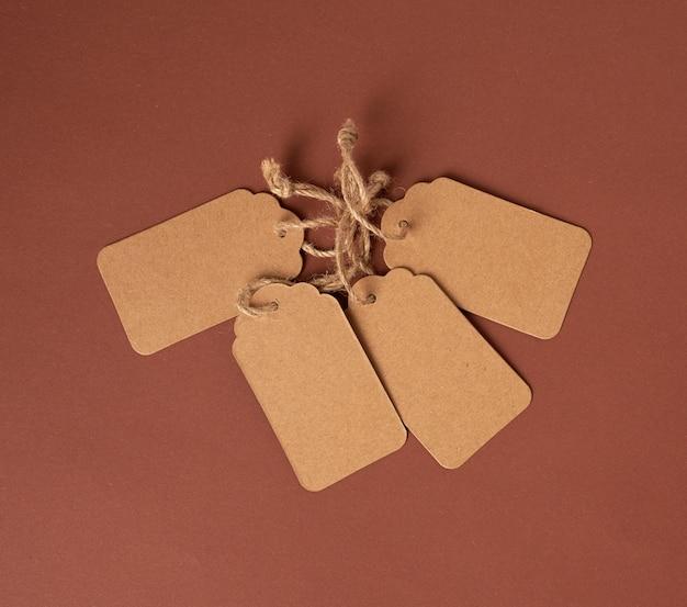 Etiqueta de preço retangular marrom de papel vazia em uma corda