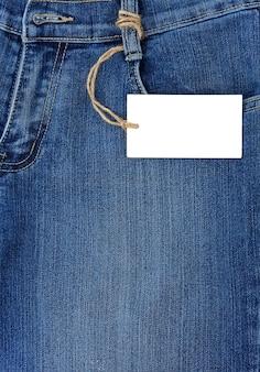 Etiqueta de preço sobre bolso texturizado de jeans azul