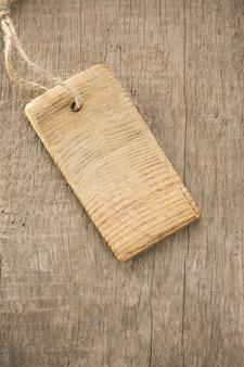 Etiqueta de preço sobre fundo de textura de madeira