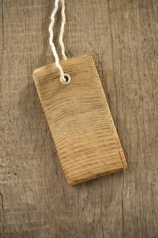 Etiqueta de preço sobre textura de fundo de madeira