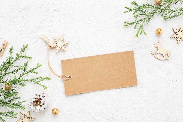 Etiqueta de presente de natal na mesa branca.
