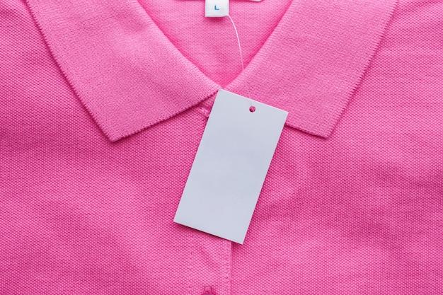 Etiqueta de roupa branca em branco na camisa nova