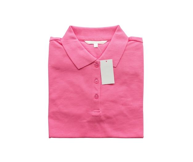 Etiqueta de roupa branca em branco na nova camisa rosa