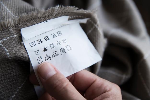 Etiqueta de roupa com instruções de cuidados de lavandaria