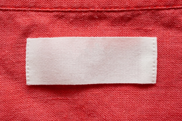 Etiqueta de roupa em branco no fundo de textura de tecido de camisa de linho