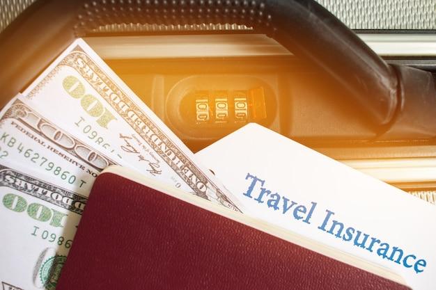 Etiqueta de seguro de viagem na maleta perto do bloqueio de combinação numérica, passaporte e dólar americano