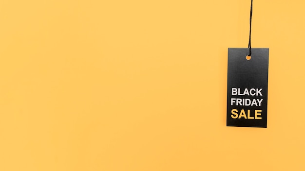 Etiqueta de venda de sexta-feira preta e vermelha pendurada cópia espaço fundo amarelo