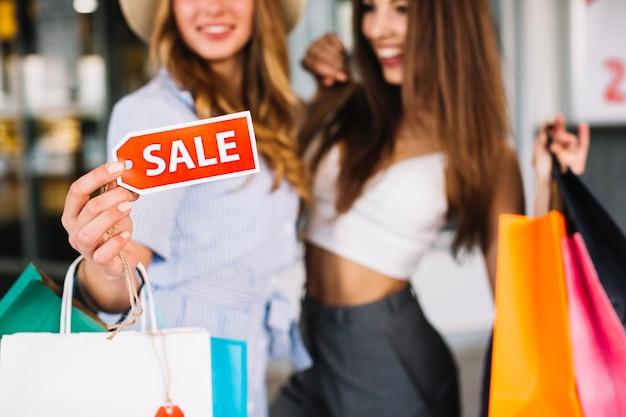 Etiqueta de venda na mão da mulher