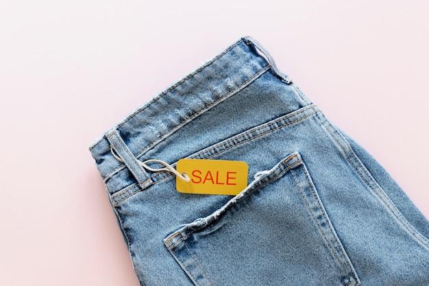 Etiqueta de venda sexta-feira preta em jeans