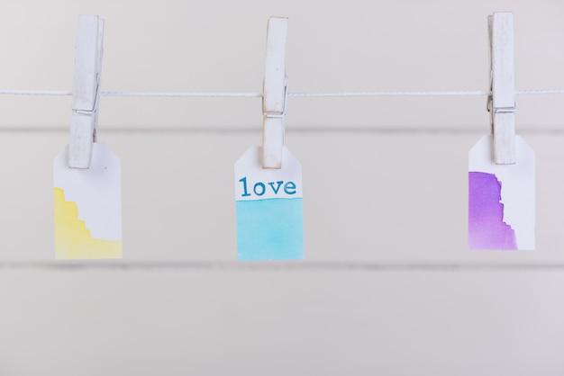 Etiqueta do amor pendurar com corda e prendedor de papel