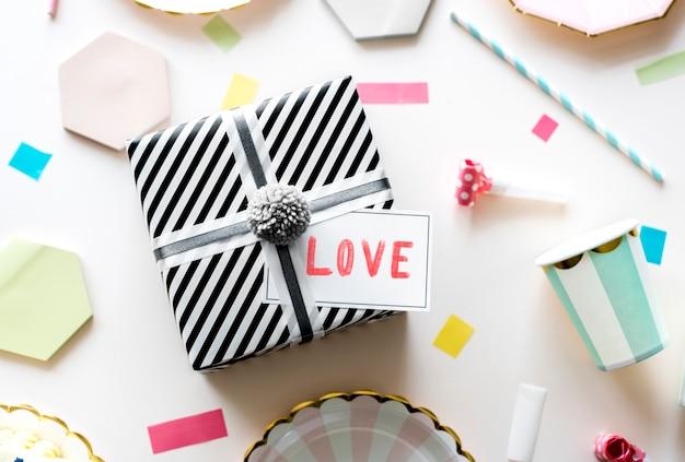 Etiqueta do dia dos namorados em um presente