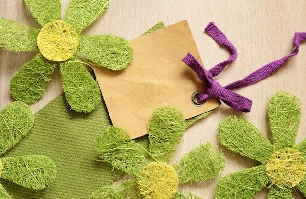 Etiqueta e flores verdes artificiais