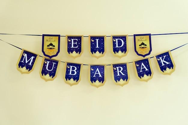 Etiqueta eid mubarak pendurada na parede