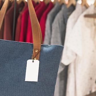 Etiqueta em branco em uma sacola em uma loja