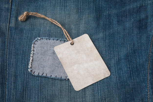 Etiqueta em branco na textura de jeans