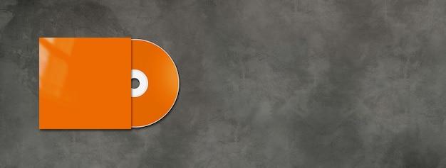 Etiqueta laranja do cd e capa no banner horizontal de concreto