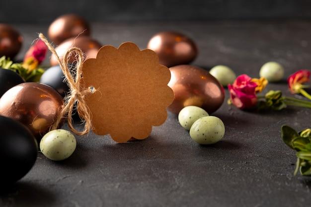 Etiqueta marrom em branco com ovos de páscoa. cartão de feliz páscoa