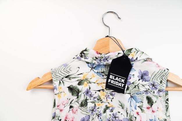 Etiqueta preta de sexta-feira na camisa