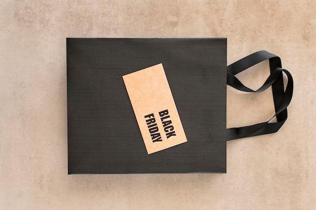 Etiqueta preta de venda de sexta-feira na sacola de compras