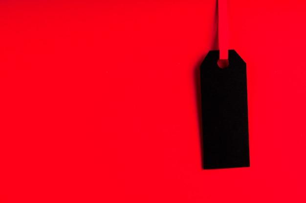 Etiqueta preta sobre fundo vermelho, com espaço de cópia
