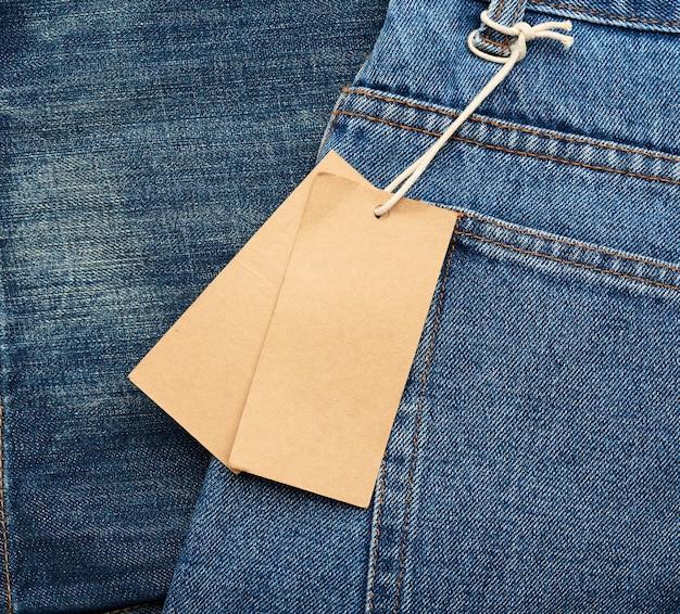 Etiqueta retangular marrom em branco amarrada no bolso de trás da calça jeans