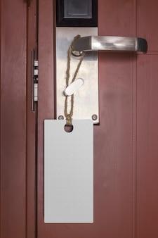 Etiqueta vazia na maçaneta de uma porta para seu texto