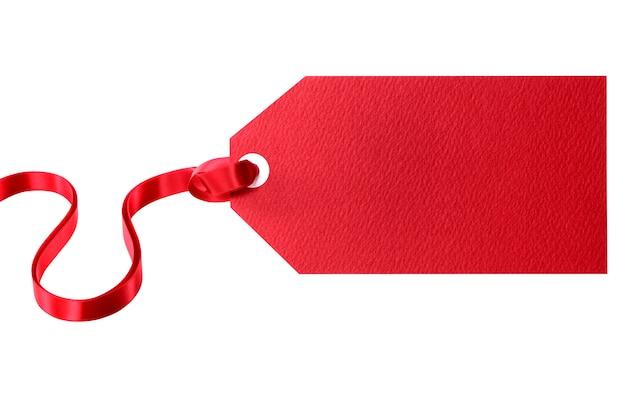 Etiqueta vermelha de presente amarrada com fita vermelha, isolada no branco