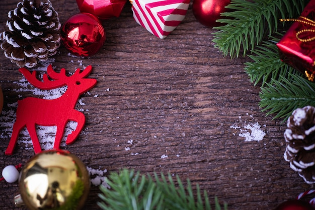 Etiqueta vermelha em branco com fundo de decorações de natal na mesa de madeira