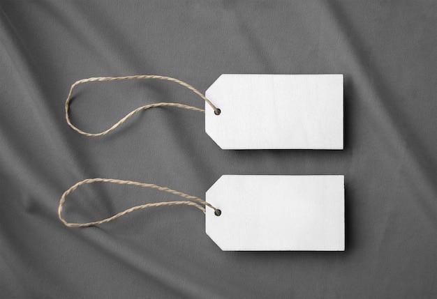 Etiquetas de madeira na superfície do tecido