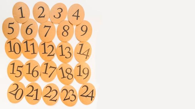 Etiquetas de madeira numeradas