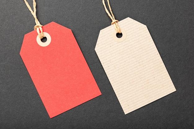 Etiquetas de papel em preto