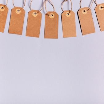 Etiquetas de preço em branco sobre fundo roxo, com espaço de cópia