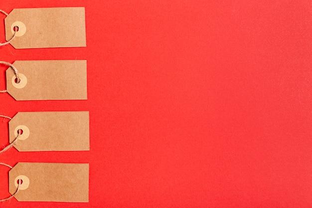 Etiquetas de preço em branco sobre fundo vermelho, com espaço de cópia
