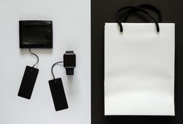 Etiquetas de preço pretas com mercadoria e sacola de compras branca em branco e preto.