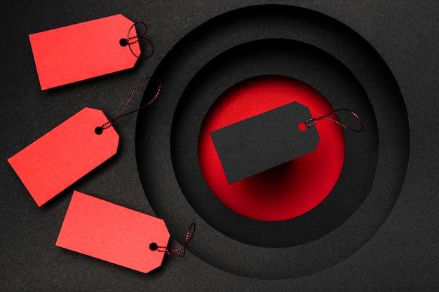 Etiquetas de preço vermelhas e pretas em fundo escuro