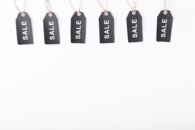 Etiquetas de venda sexta-feira preta pendurado por cima