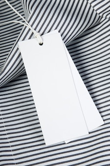 Etiquetas em branco em tecido listrado