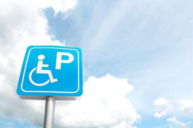 Etiquete o estacionamento deficiente no fundo da nuvem e do céu azul.