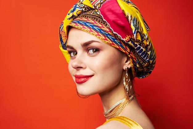 Etnia de decoração de bloco multicolorido de mulher alegre