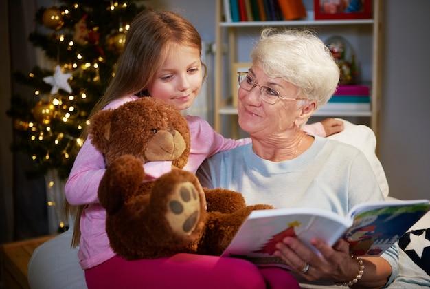 Eu adoro ficar com minha avó e o ursinho de pelúcia