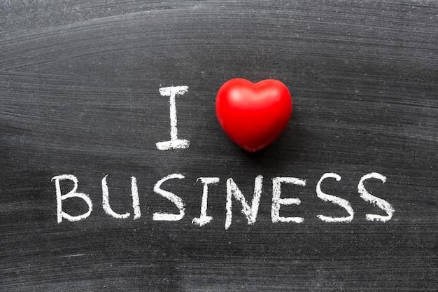 Eu amo a frase de negócios escrita à mão no quadro negro da escola