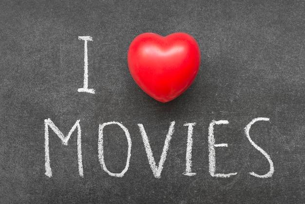 Eu amo a frase movies escrita à mão no quadro-negro com o símbolo do coração em vez do o