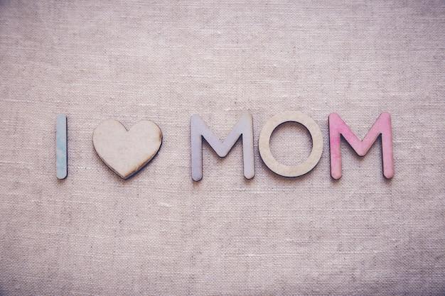 Eu amo a mãe feita a partir de letras de madeira e madeira forma coração, tonificação