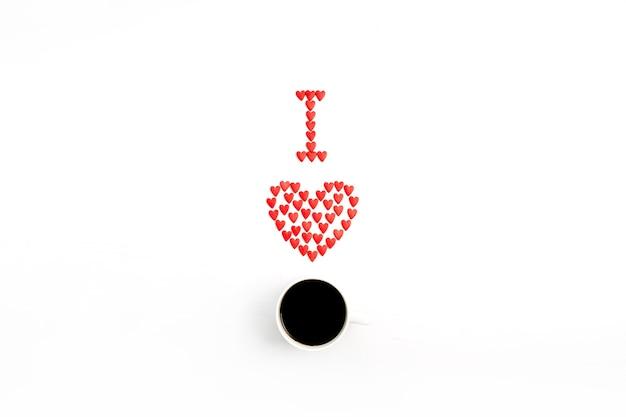 Eu amo café feito de corações vermelhos em fundo branco. camada plana, vista superior