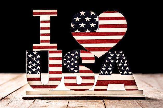 Eu amo enfeites de eua e estrelas. decoração dos estados unidos para celebração em madeira e preto