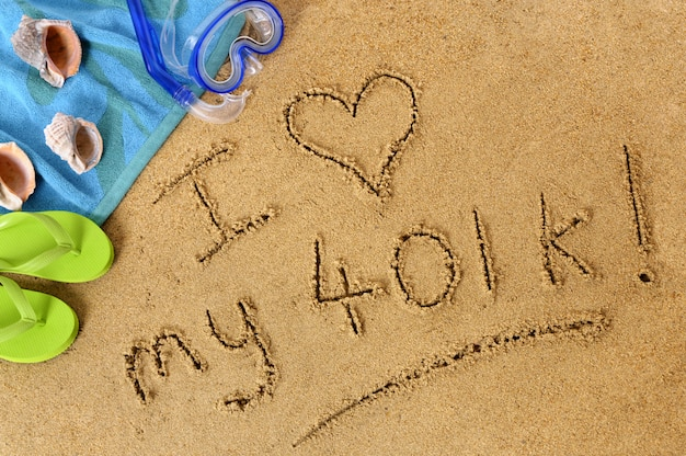 Eu amo meu 401k. texto escrito na areia na praia